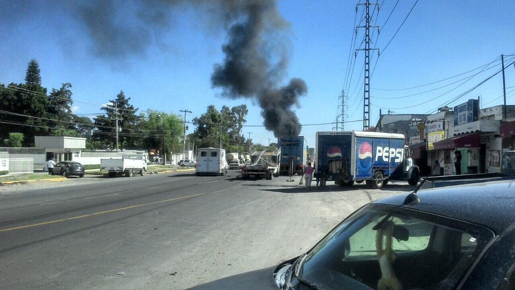 Narcobloqueos. Mejor quédense en casa #GDL #Jalisco http://t.co/ty6TBjPdP5