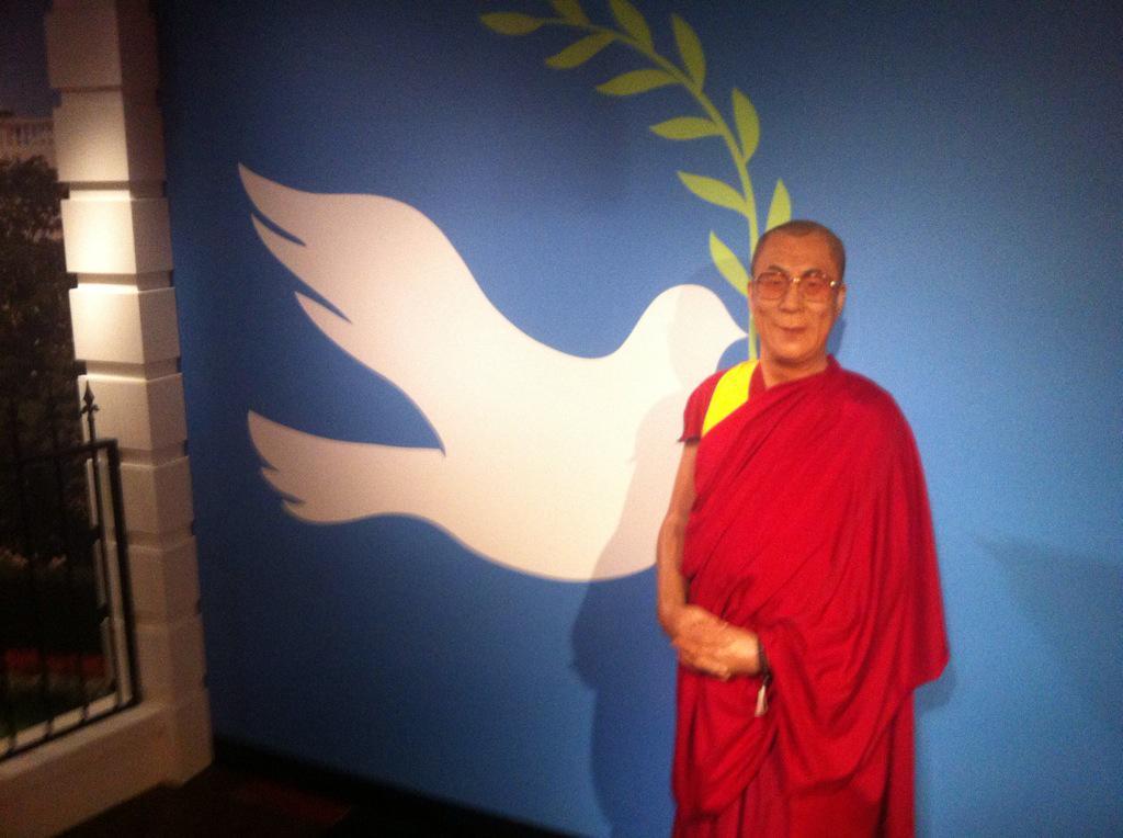 Wel leuk in Madame Tussauds: Mijn broertje (12) bij het zien van de Dalai Lama: is dat de uitvinder van Twitter? http://t.co/WU7srUzn9b