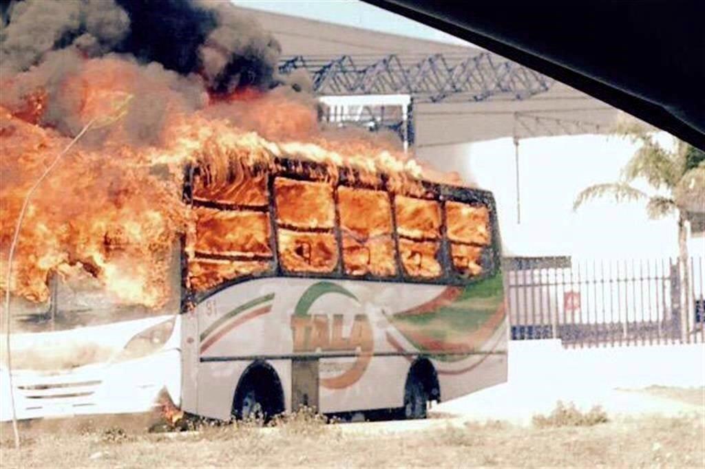 En Guadalajara y el resto de #Jalisco, los narcos bloquearon al menos 20 ptos., incendiando vehículos http://t.co/zw1BO5nFJQ