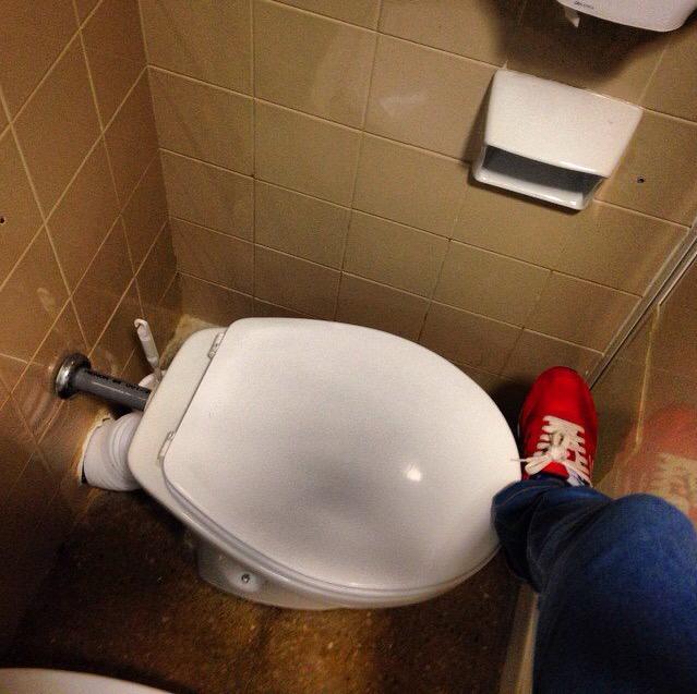 Así es el baño de la habitación de una enferma ingresada en el Infanta Cristina de Badajoz #vergüenza #denuncia RT http://t.co/LHIJXht6Sw