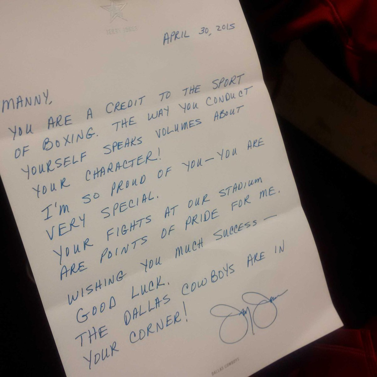 This is the letter from Jerry Jones to Manny in his dressing room. #MayweatherPacquiao #boxing http://t.co/pDoTpTWvIu