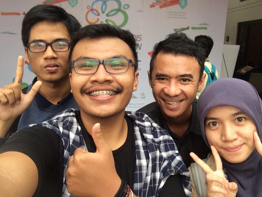 PIC. Para relawan selfie dalam acara Bandung 1955. Tetap semangat dlm menjalankan tugas guys! @Your_Bandung #AAC2015 http://t.co/UDIcvaxIjq