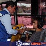 Ahora vamos en los camiones urbanos; aquí platicando con mi amigo Leo, los jóvenes quieren más oportunidades http://t.co/kY31FRUz2L