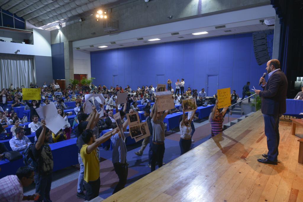 Varios jóvenes se manifiestan en silencio con pancartas durante la presentación de @rvillanueval http://t.co/uh7jN8Q5wX