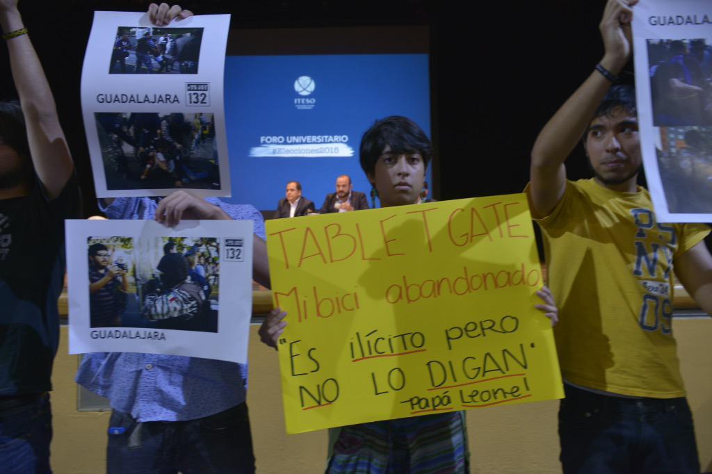 Varios jóvenes se manifiestan con gritos al término de la presentación de @rvillanueval #Elecciones2015 http://t.co/6k6pb2iUMk