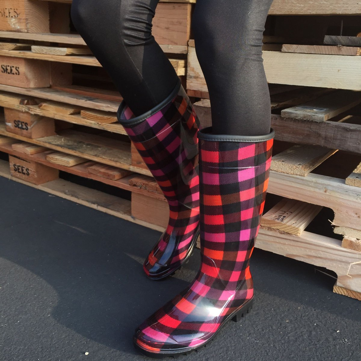 #LT So follow us and RT this for your chance to win 1 of 3 pairs of rain boots! #giveaway http://t.co/JPXSxpJ6Mt