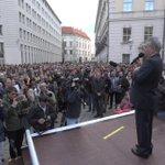 Die Spitzen der Republik gedenken mit Tausenden in Wien der toten Flüchtlinge http://t.co/YGSCMTEPfC http://t.co/1Y7RPi7XDI