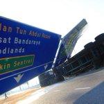 Nahas treler di Kilometer 8.5 Jalan Johor Bahru-Ayer Hitam berhampiran Bandar Baru Uda : http://t.co/ROIlzKwvyE http://t.co/1WSDezpseM