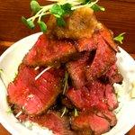 【男のロマン】総重量1キロのローストビーフ丼「富士山」 値段は1500円とお手頃 http://t.co/qB8SjLm4p1 東京・上野『鳥園』の新メニュー。1枚1枚の肉は一切れだけで口の中がいっぱいになるほどのボリュームだ。 http://t.co/9Lz37nr6ng