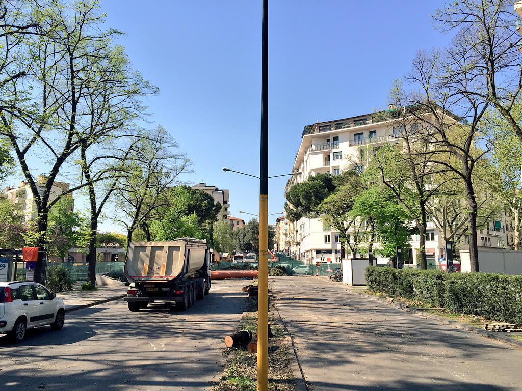 """RT @ferraro_filippo: #Tramvia #Linea3 Piazza Leopoldo senza alberi centrali. http://t.co/c5xc4uuHQ4<a target=""""_blank"""" href=""""http://t.co/c5xc4uuHQ4""""><br><b>Vai a Twitter<b></a>"""