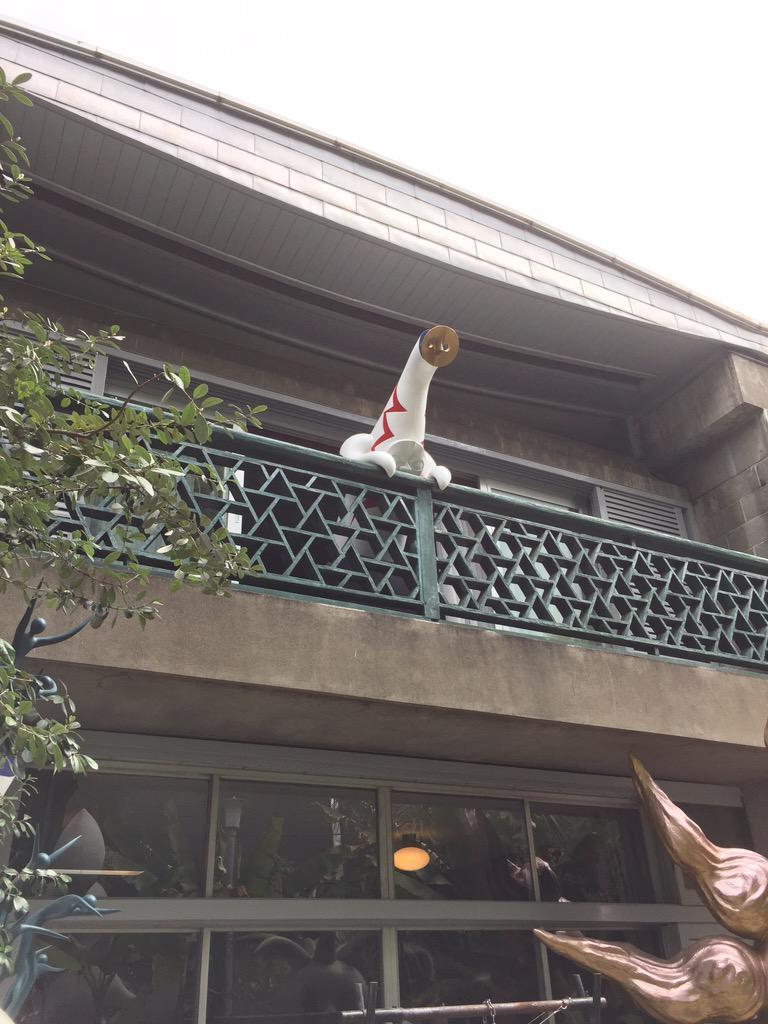 岡本太郎記念館ベランダにひっかかってお出迎え。ぜひお越しくださいませ http://t.co/ZfwFlGwGRx