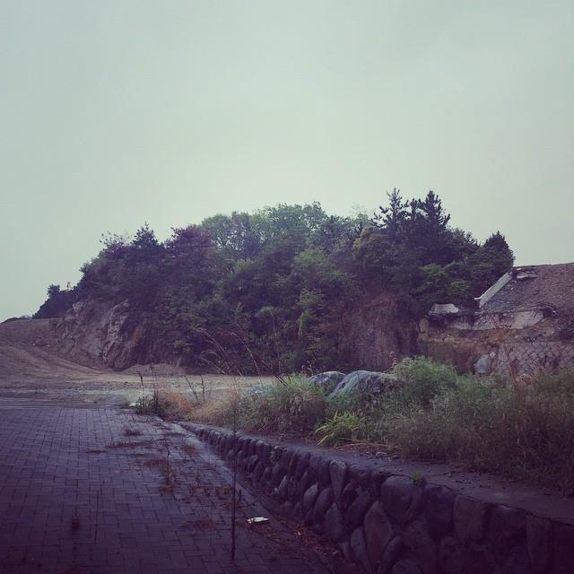 越木岩神社隣接土地のマンション計画により磐座破壊 http://t.co/lR2DexuSpk   これが爆破されそうな磐座です http://t.co/fNDysltGfW