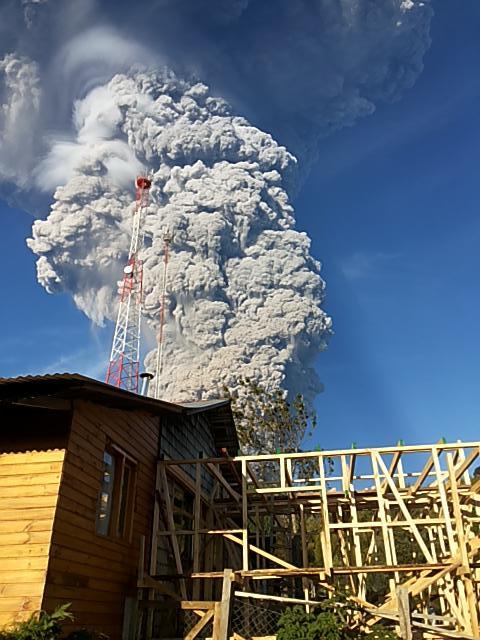 URGENTE: Se produce erupción en volcán Calbuco, al sur de Chile http://t.co/p8Gi24lXJh