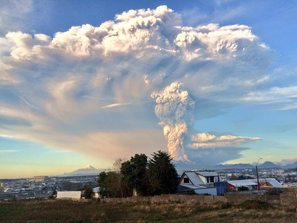 #Calbuco Volcano erupts. People is being evacuated if they live up to 20 kms from the Volcano. http://t.co/8iHiRBrnRh