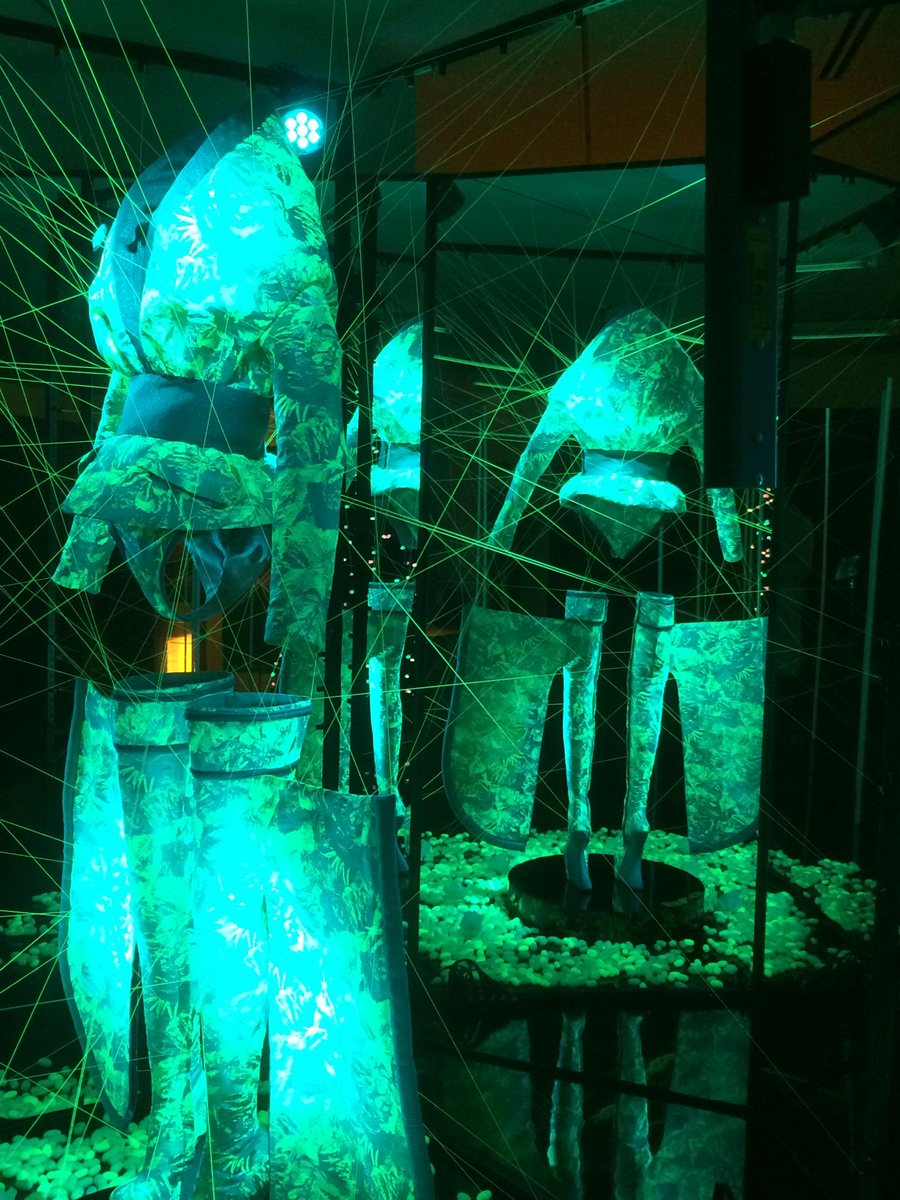 グッチ新宿、スプツニ子! の展示、「光るシルク」を。科学技術によって変容する自然本性。飼い慣らすことは果たして可能なのか、という問いを思う。 http://t.co/JJ0EZRaDvr