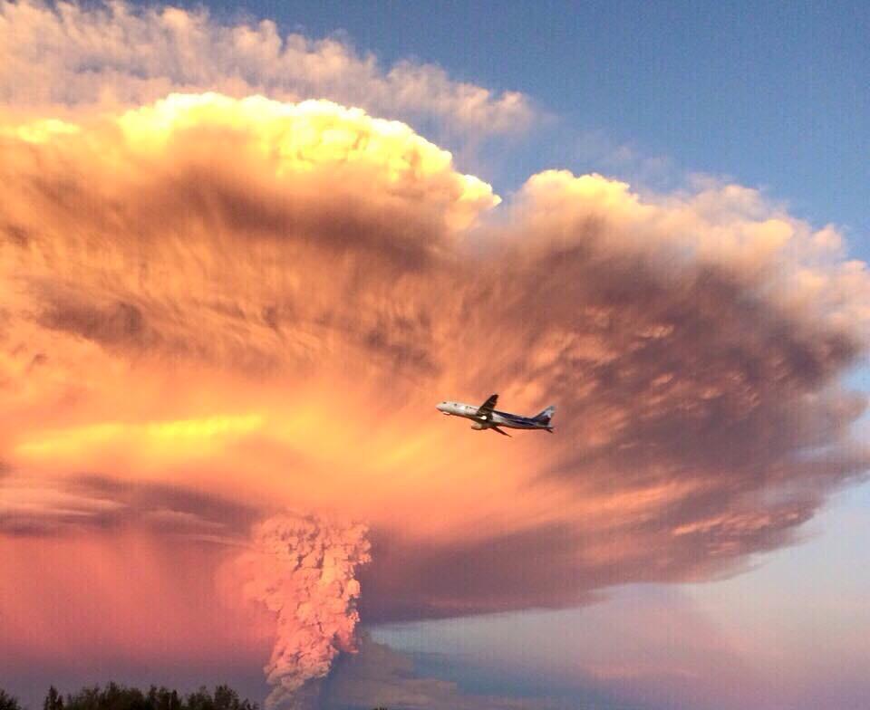 RT @webcamsdemexico: RT @Meteovargas: Avión de #LAN pasa frente a pirocúmulo formado por erupción del #volcán #Calbuco De @alevidalpi http://t.co/8YH8HuPrRK