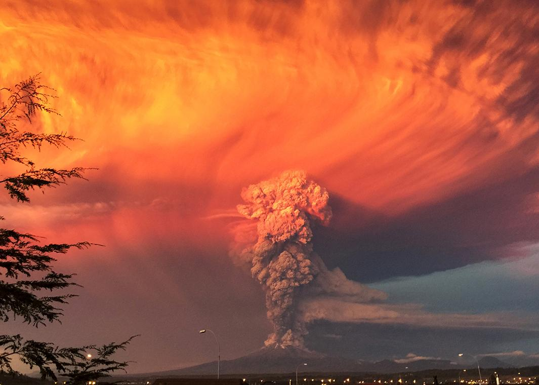 Holy electrified pyrocumulus! Chile's Calbuco volcano is a sight to behold: http://t.co/GDTuS1wNS8 http://t.co/trmQijxMF4