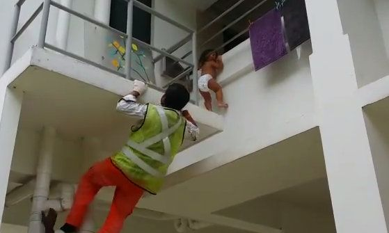 SCDF trying to identify & reward foreign workers saved baby stuck in between the rails. http://t.co/NqSgzq72Bx http://t.co/P8XCIn8l2a