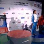 Украинская спортсменка вышла на церемонию награждения с флагом ДНР http://t.co/1LHZnPOglc http://t.co/l7Vjfwuph9