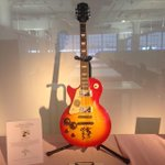 Bid to display this in your home or office! #JustinBieber signed Les Paul guitar. http://t.co/V0BLuZSYI3