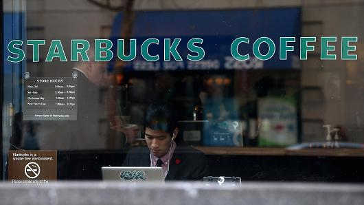JUST IN: Starbucks hit with apparent nationwide outage; stores giving away free drinks. http://t.co/kKG1LKwWsM