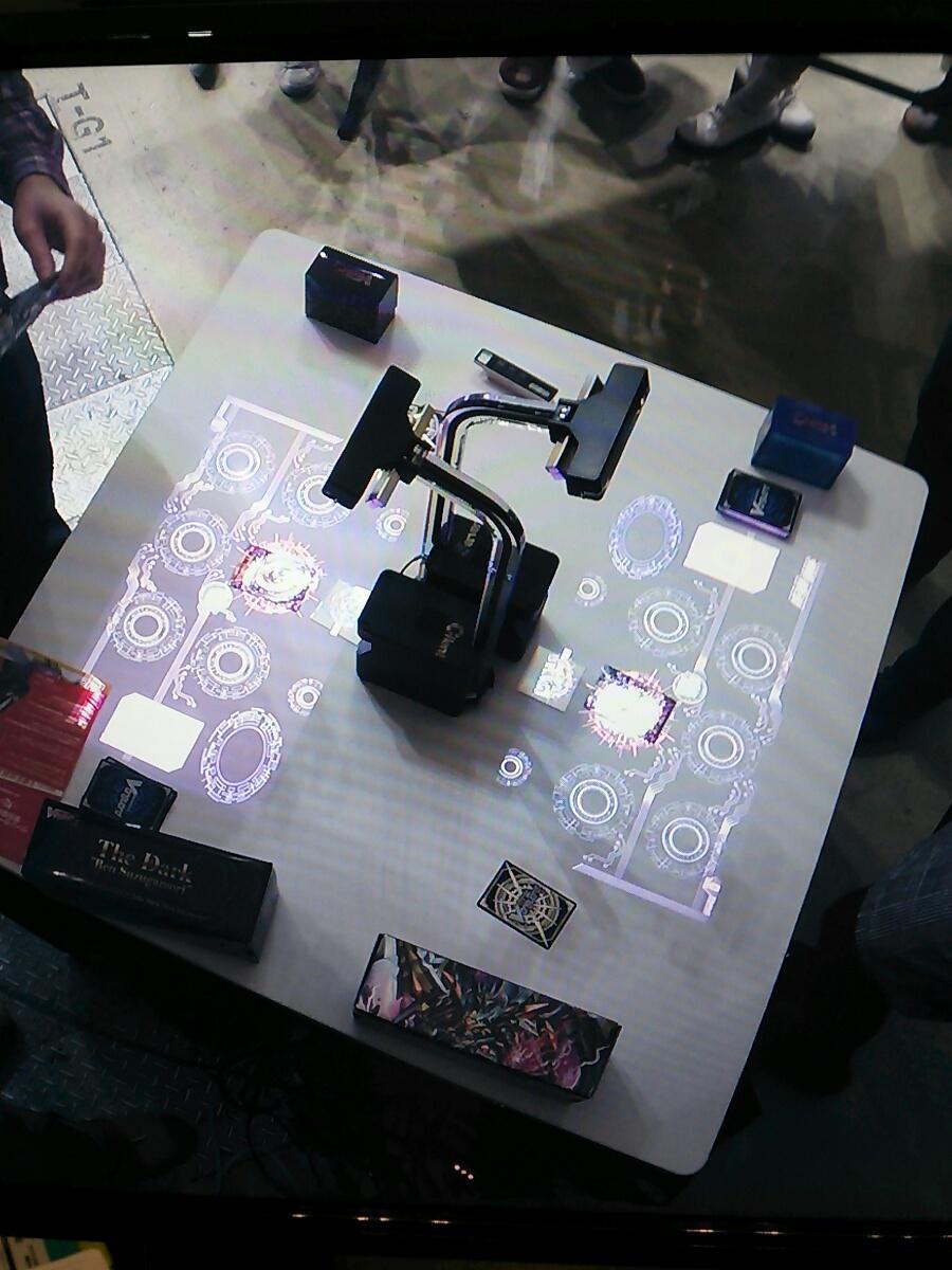 ヴァンガードのすごいテーブルあったで!ひかる!うなる!カードを認識してパワーやガード値が自動で表示される!ストライドするとシャキーン!てなるぞ! http://t.co/3ZhXmvUuWE