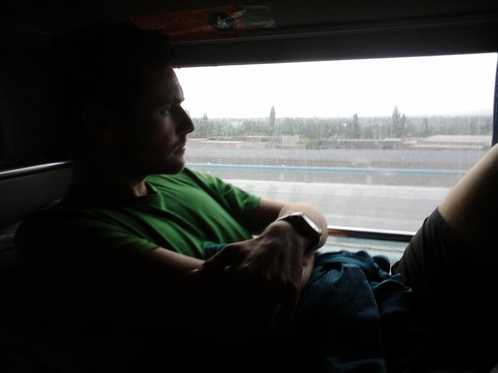 Apres l'echec monumental du stop, on s'est tape 2 fois 20h de bus de nuit! Enfin arrives a Kashgar, tous frais...
