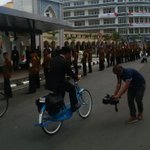 [Serba-Serbi KAA] - Pejabat & Tamu Negara Bermobil ke Lokasi Lunch, Ridwan Kamil Kayuh Sepeda http://t.co/xjbwzLZy21… http://t.co/B1zzpoyMIY
