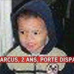 12kg, 85 cm, cheveux noirs, yeux noirs. Il porte un pantalon de jogging bleu et un haut beige et bleu. http://t.co/zqLf6ALjnI