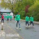 Die Jungs sind auf dem Weg zum Abschlusstraining. Alejandro Gálvez ist wieder dabei! #Werder #Training #scpsvw http://t.co/u6slvOkI7P
