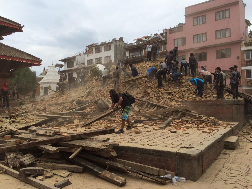 Kathmandu quake aftermath. Clearing rubble to search for survivors. http://t.co/oasYaNweiP