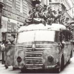 La gioia degli italiani dopo la #Liberazione. Galleria fotografica: http://t.co/m466cPXlf7 #ilcoraggiodi #25aprile http://t.co/yggdtVGH3J