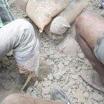 Nos llegan imágenes escalofriantes del seísmo en Nepal. En esta de Efe se ve a un hombre sepultado por los escombros http://t.co/q94F3d0qr7