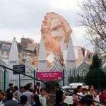 El seísmo destruye la Torrre Bhimsen de Katmandu: 50 personas atrapadas http://t.co/VFX4Y4iKJK http://t.co/cT3EiMQn77