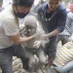 Los muertos por el fuerte seísmo en Nepal superan ya el centenar http://t.co/hkczDytYO1 http://t.co/G2Rj9vNIF3
