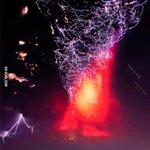 Lo estoy flipando con el volcan de Chile O_o QUIEN HA JUNTADO LAS BOLAS DE DRAGON?! http://t.co/UM4Lgeqc5h