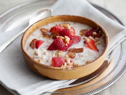 Get set for strawberry season with a fruit-filled chilled oatmeal: http://t.co/I323ECEKsl. http://t.co/RXUrDwUptB