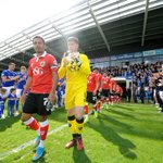 PIC: #BristolCity players receive a Guard of Honour from @ChesterfieldFC. #Champions http://t.co/jGHYbUoNdV