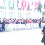PIC. Warga Bandung semakin rame memadati jalanan asia afrika!!!! #AAParade #AAC2015 @Your_Bandung http://t.co/WZIzZbKFvu