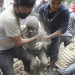 Over 1,000 people killed in Nepal earthquake across 4 countries and Mount Everest avalanche http://t.co/HuLzMeQS57 http://t.co/sDNBZM9Fyv