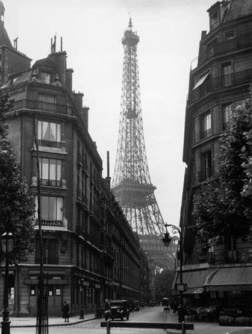 A photo of the Eiffel Tower taken in 1925; and a photo I took this afternoon from same spot in Avenue Rapp.  #Paris http://t.co/FCGqUw4et6
