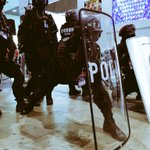 【速報!】自宅警備隊、現職の警察官から大盾の取扱い要領を指導される #chokaigi http://t.co/7yMAK2fq4S