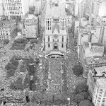 Faz 31 anos que a Globo transformou o comício das Diretas em festa de aniversário de São Paulo #GloboGolpista50 http://t.co/nqo7q6U1Fb