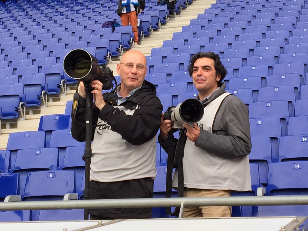 Dos grandes del fotoperiodismo. Jordi Cotrina y Quique García un poco antes de la victoria del FCB en Cornellà http://t.co/oKnCKkSvlc