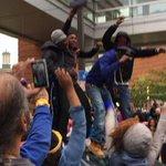 Протесты против произвола полиции вылились в массовые беспорядки в США http://t.co/7ZUq3IEcjk http://t.co/Cu4N6hE8bk