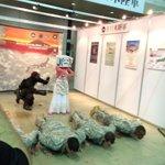 【速報】在日米軍を指導するカーチャンを自宅警備隊が必死に止めててワロタwwwwww #超会議2015 http://t.co/td44fM3ZOD