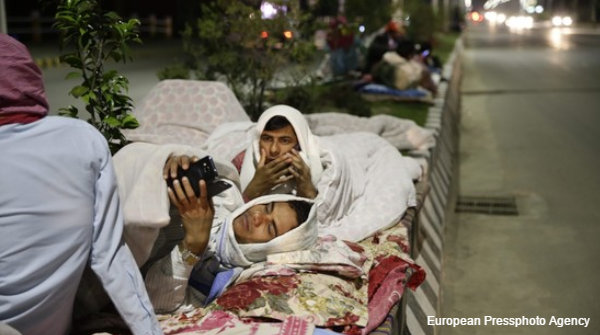 People sleep on a street in Katmandu after the powerful quake. Photos: http://t.co/mhuazMZJNQ http://t.co/KU3TrB8e9x