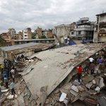 #Video Terremoto de 7.9 grados sacude Nepal. Hay más de mil muertos y sigue el conteo http://t.co/TAF9xqUawt http://t.co/IdMhOlewK1