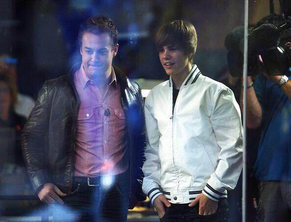 Been 5yrs since we protected @justinbieber behind bullet proof glass from his rampaging fans. A crazy day in my life http://t.co/RdS800opJk