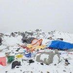 Se reportan nuevas avalanchas en el Everest por esta réplica de M6.7, muchos alpinistas siguen sin poder salir de ahí http://t.co/DhXP7bCLuK
